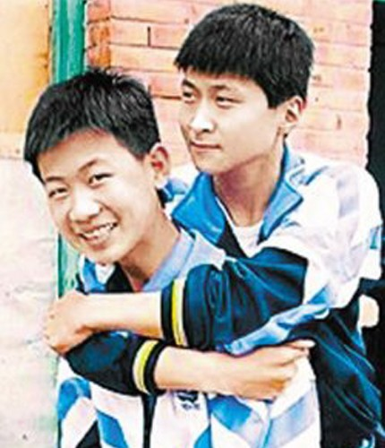 Adolescente chin�s carrega amigo nas costas por oito anos