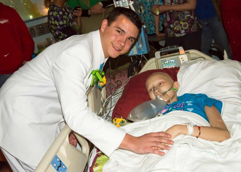 Amigos levam baile de formatura para adolescente com câncer terminal em seu quarto de hospital 01