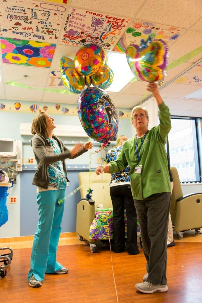 Amigos levam baile de formatura para adolescente com câncer terminal em seu quarto de hospital 03