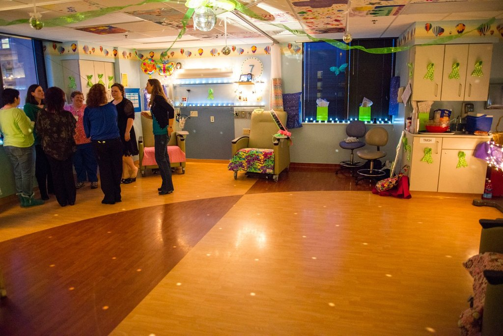 Amigos levam baile de formatura para adolescente com c�ncer terminal em seu quarto de hospital 10