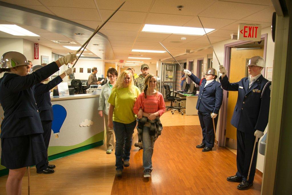 Amigos levam baile de formatura para adolescente com c�ncer terminal em seu quarto de hospital 11