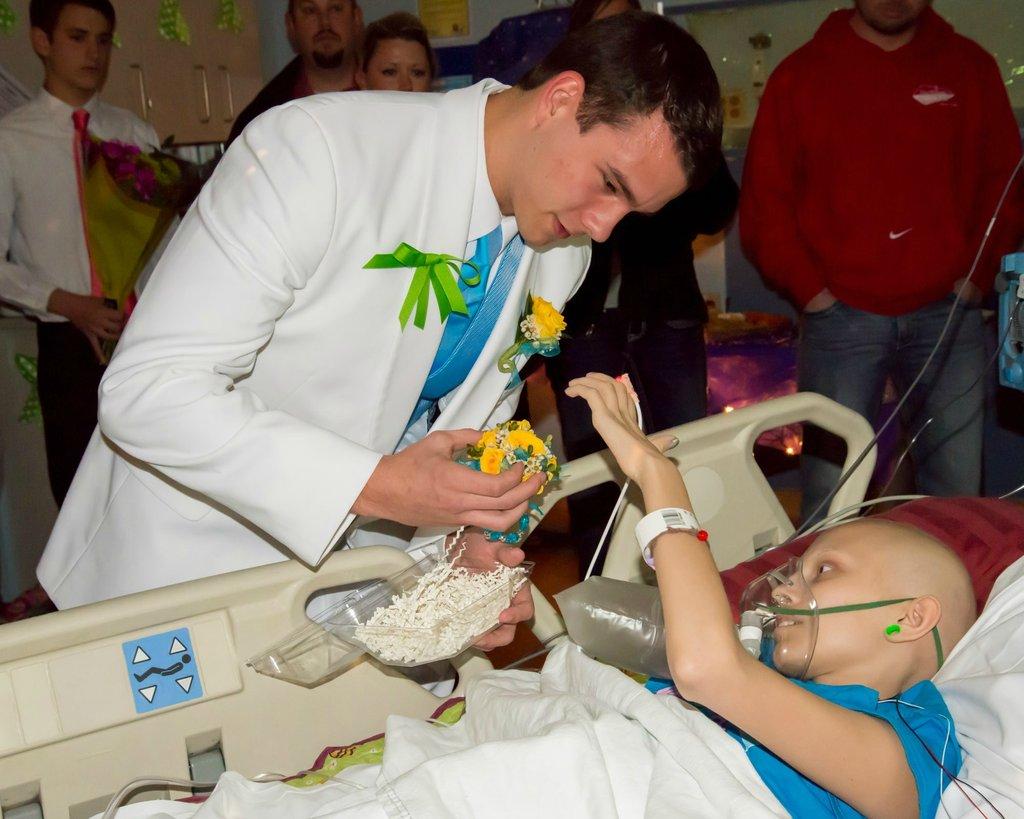 Amigos levam baile de formatura para adolescente com câncer terminal em seu quarto de hospital 13