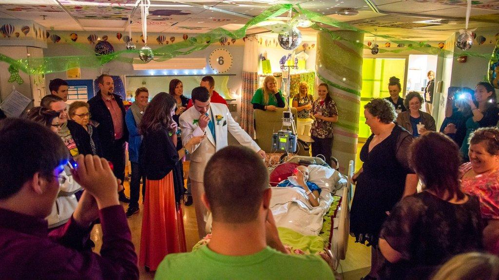 Amigos levam baile de formatura para adolescente com câncer terminal em seu quarto de hospital 14