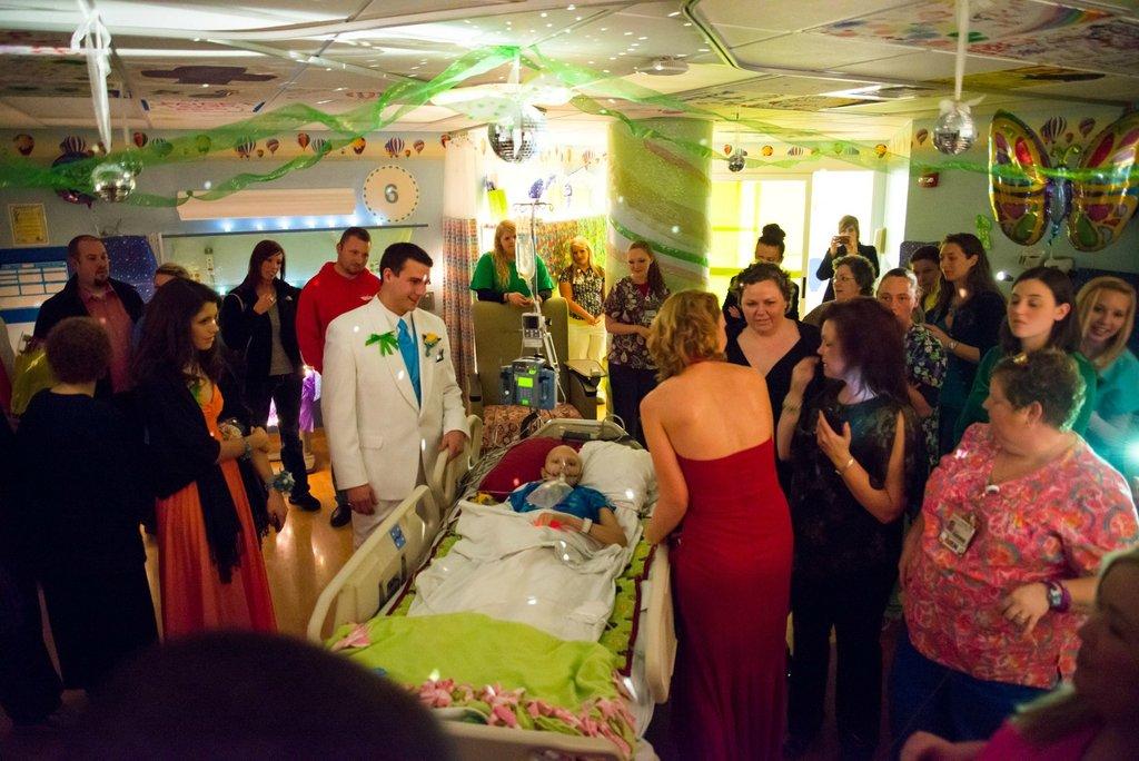 Amigos levam baile de formatura para adolescente com câncer terminal em seu quarto de hospital 15