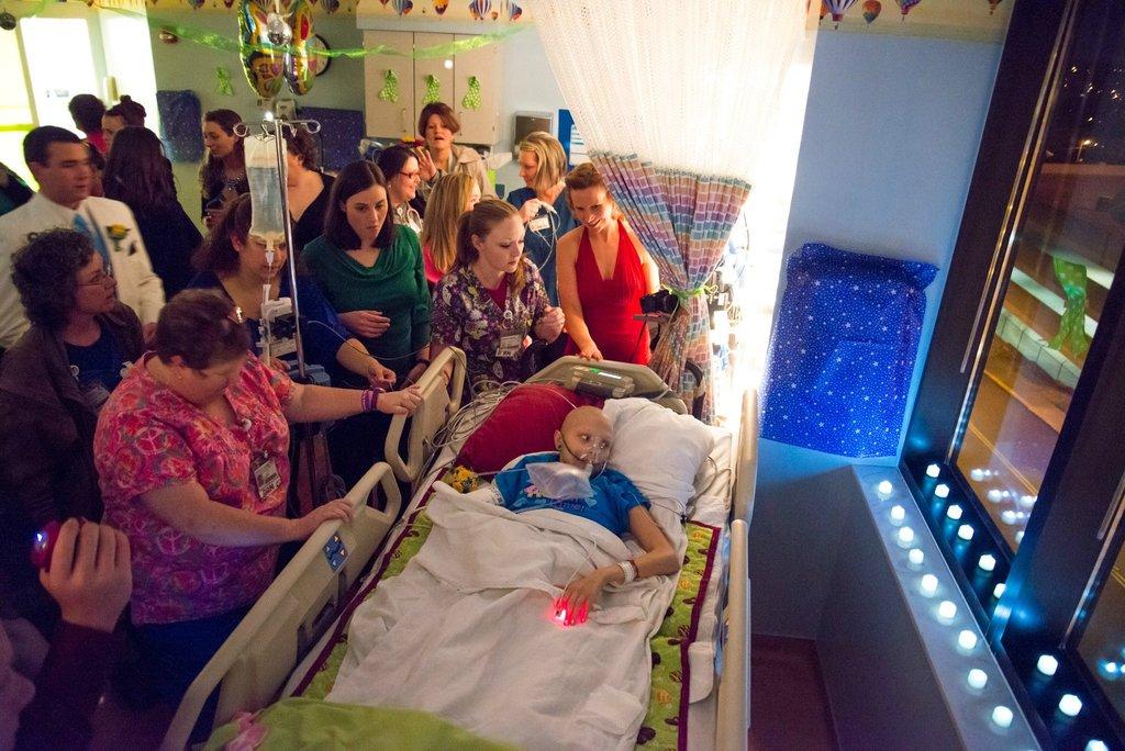 Amigos levam baile de formatura para adolescente com câncer terminal em seu quarto de hospital 16