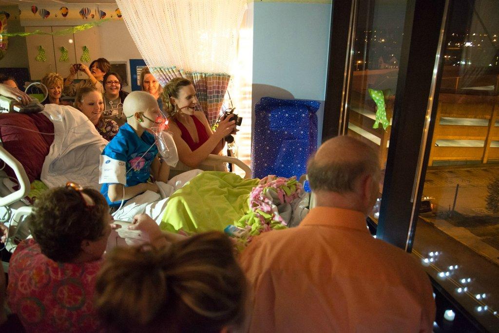 Amigos levam baile de formatura para adolescente com c�ncer terminal em seu quarto de hospital 17