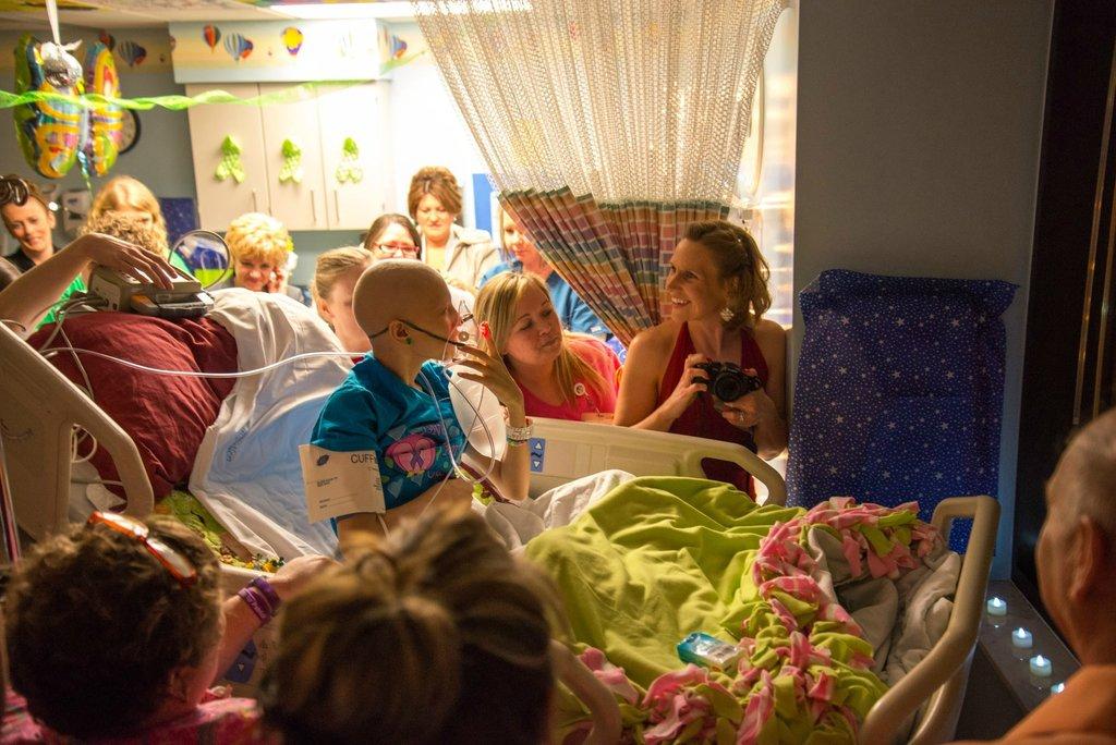 Amigos levam baile de formatura para adolescente com c�ncer terminal em seu quarto de hospital 18