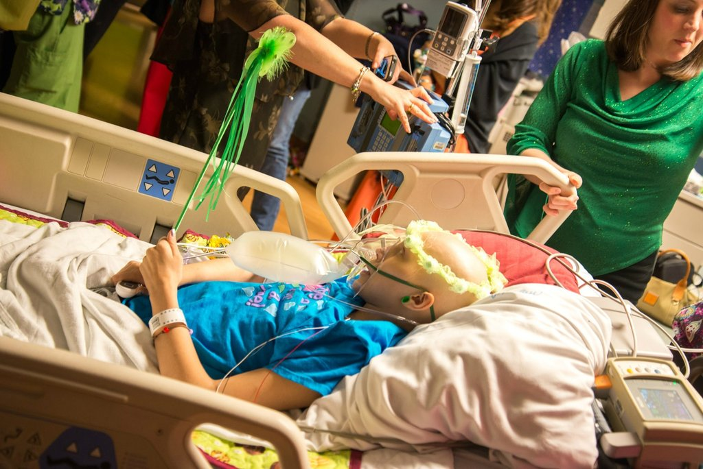 Amigos levam baile de formatura para adolescente com câncer terminal em seu quarto de hospital 21