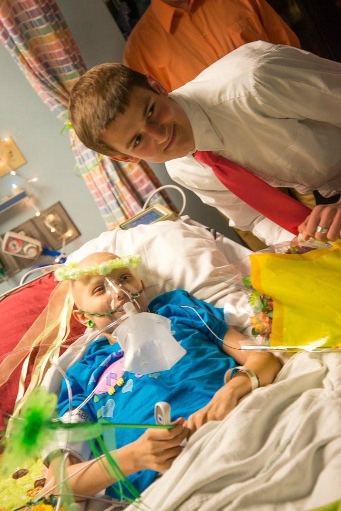 Amigos levam baile de formatura para adolescente com câncer terminal em seu quarto de hospital 22