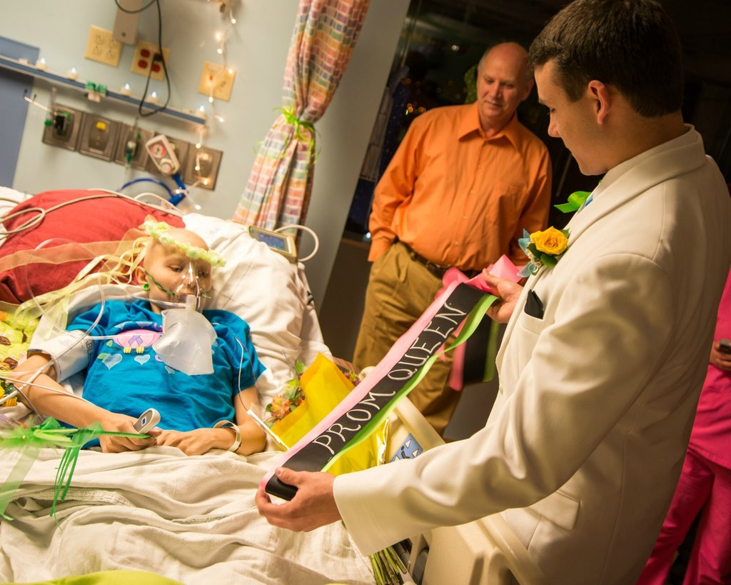 Amigos levam baile de formatura para adolescente com câncer terminal em seu quarto de hospital 23