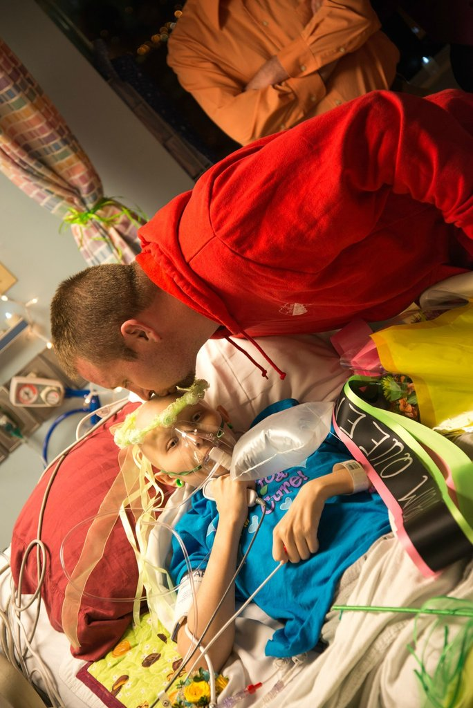 Amigos levam baile de formatura para adolescente com câncer terminal em seu quarto de hospital 24