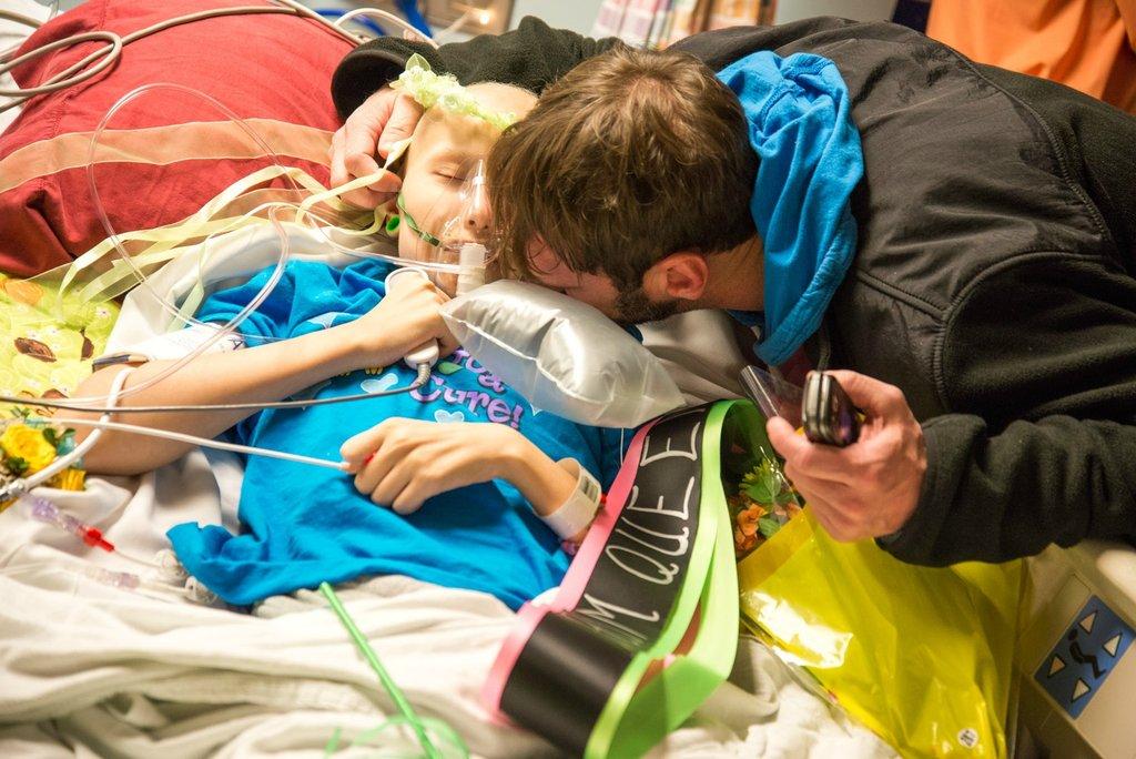 Amigos levam baile de formatura para adolescente com câncer terminal em seu quarto de hospital 25