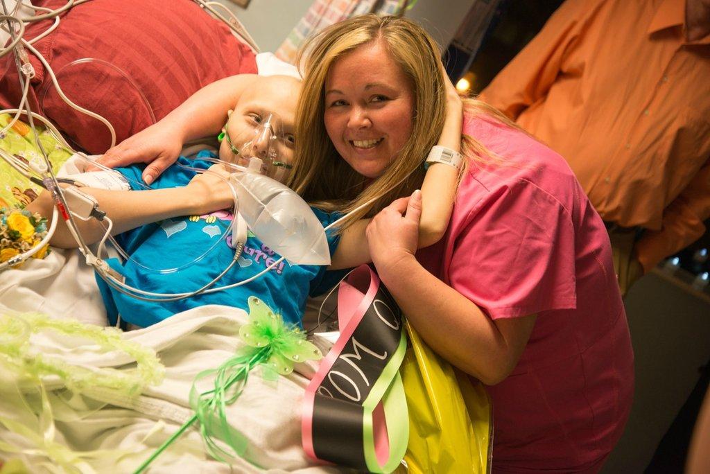 Amigos levam baile de formatura para adolescente com câncer terminal em seu quarto de hospital 26