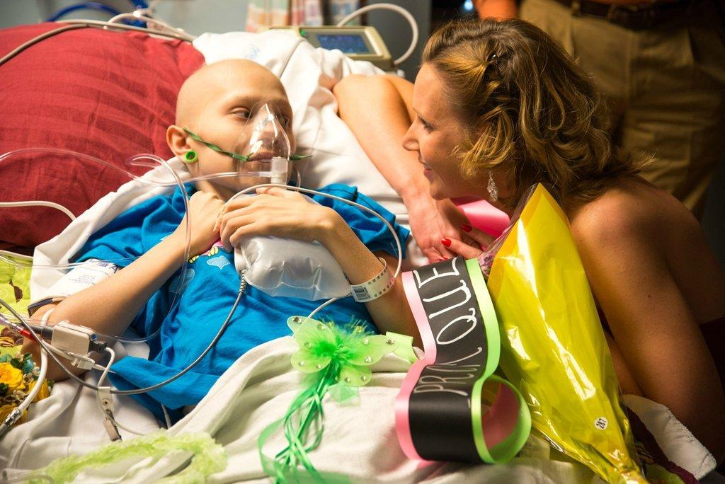 Amigos levam baile de formatura para adolescente com câncer terminal em seu quarto de hospital 27