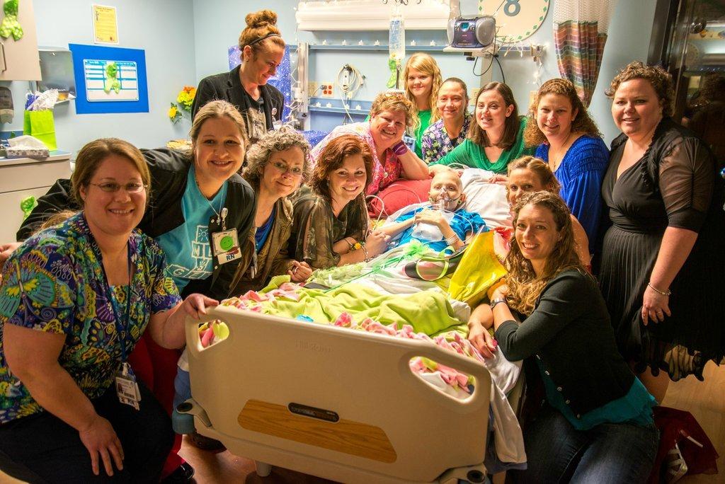 Amigos levam baile de formatura para adolescente com câncer terminal em seu quarto de hospital 28