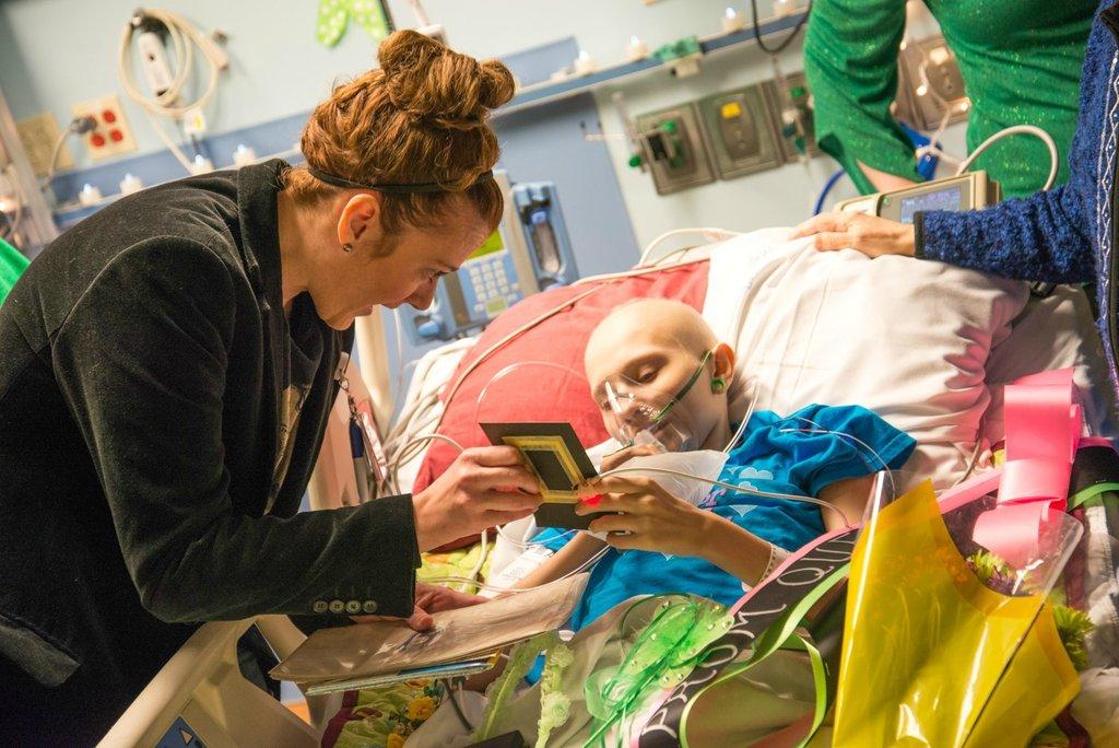 Amigos levam baile de formatura para adolescente com c�ncer terminal em seu quarto de hospital 29