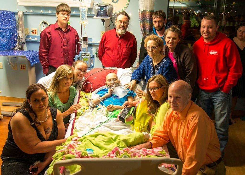 Amigos levam baile de formatura para adolescente com câncer terminal em seu quarto de hospital 30