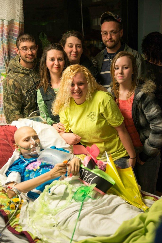 Amigos levam baile de formatura para adolescente com câncer terminal em seu quarto de hospital 31