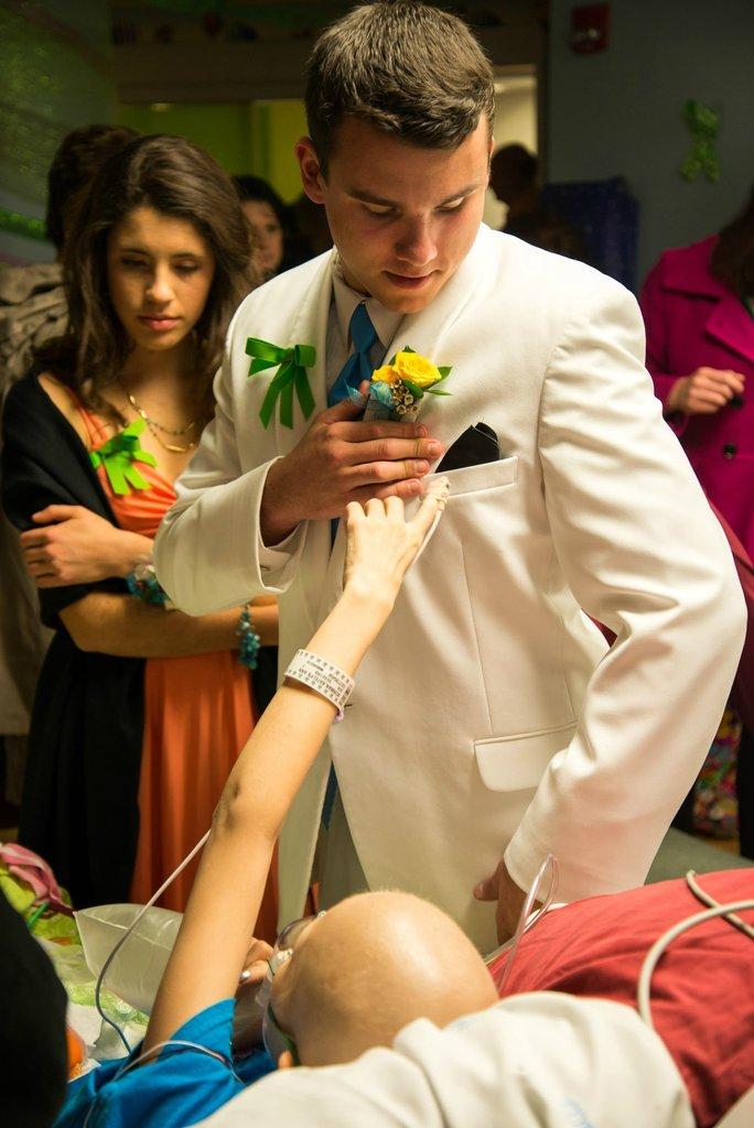 Amigos levam baile de formatura para adolescente com c�ncer terminal em seu quarto de hospital 32