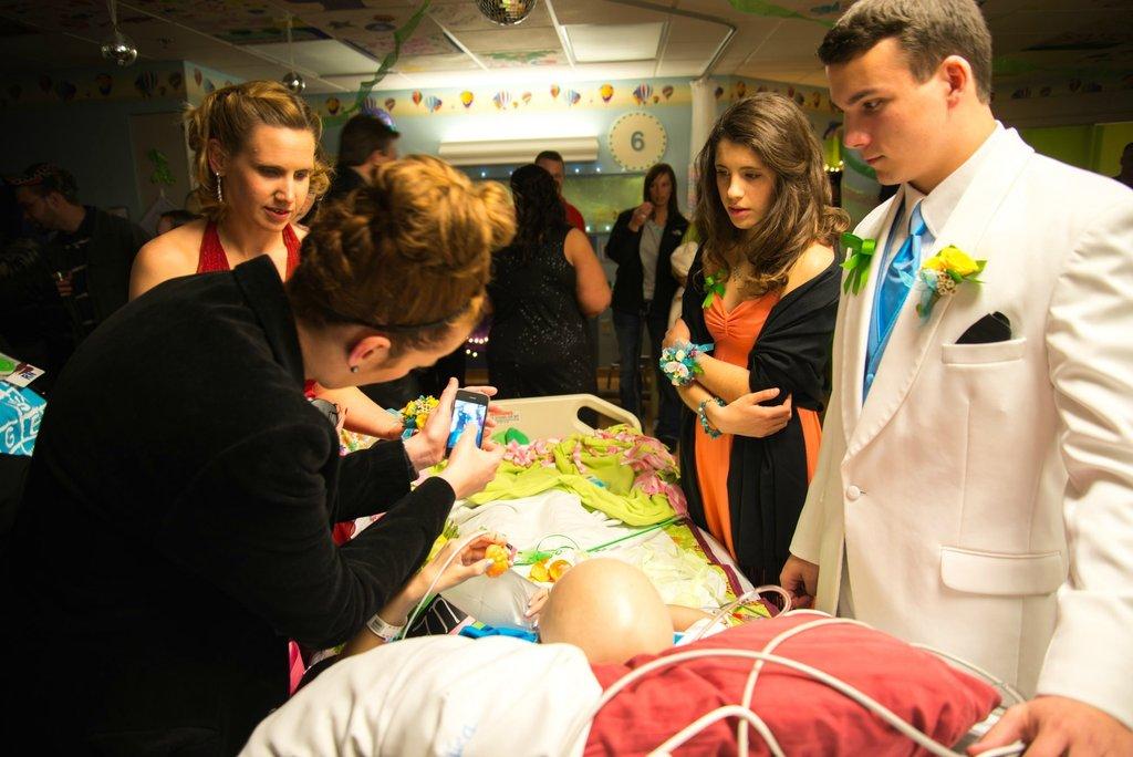 Amigos levam baile de formatura para adolescente com câncer terminal em seu quarto de hospital 33