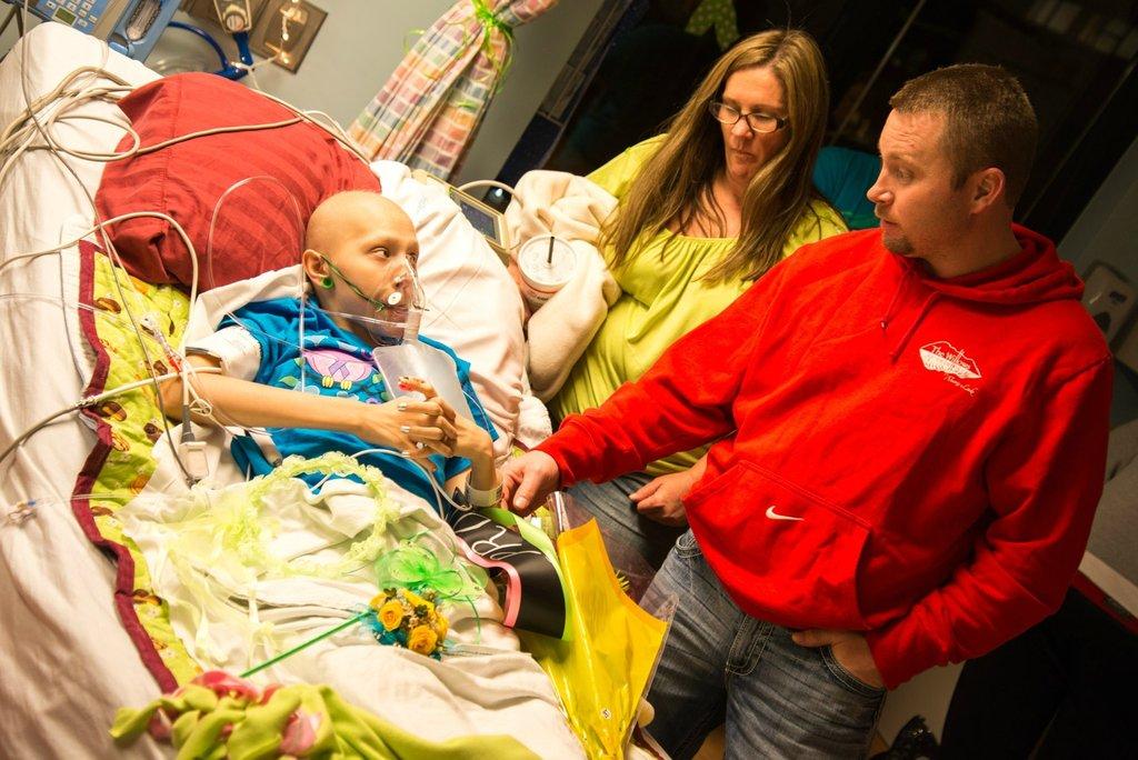 Amigos levam baile de formatura para adolescente com câncer terminal em seu quarto de hospital 35