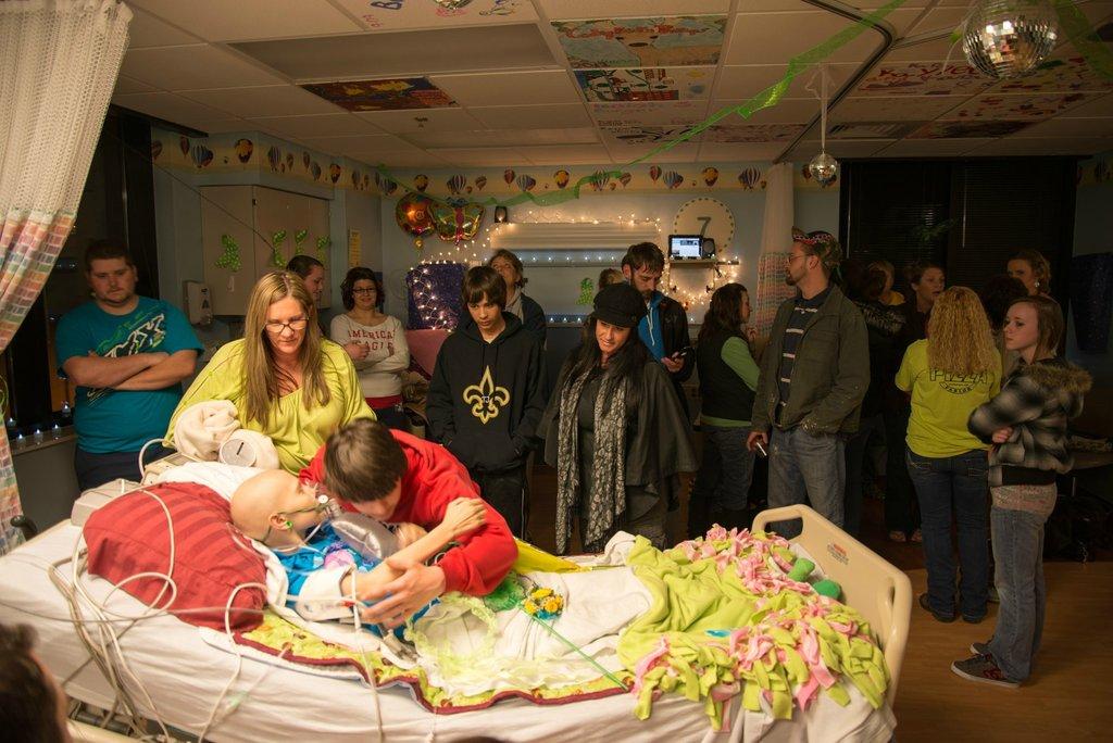Amigos levam baile de formatura para adolescente com c�ncer terminal em seu quarto de hospital 36