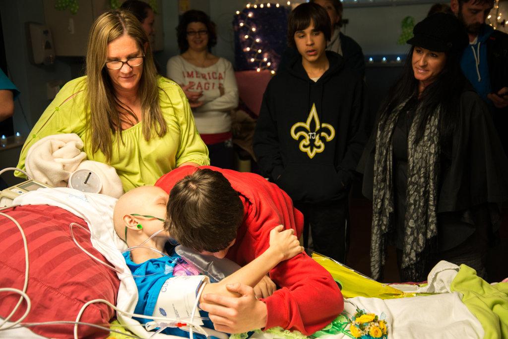 Amigos levam baile de formatura para adolescente com câncer terminal em seu quarto de hospital 37