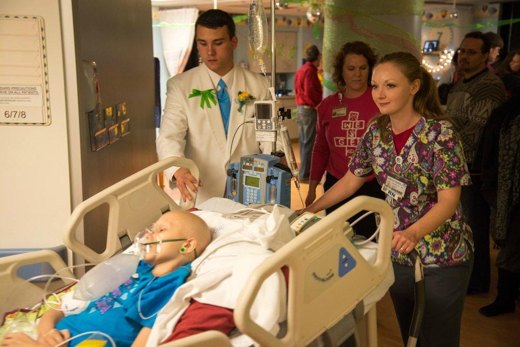 Amigos levam baile de formatura para adolescente com câncer terminal em seu quarto de hospital 39