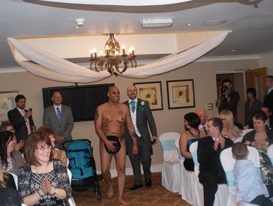 Vencedores de concurso de estação de rádio casam nus 01