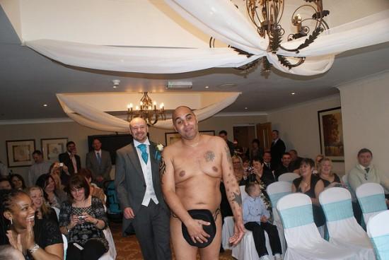 Vencedores de concurso de estação de rádio casam nus 02