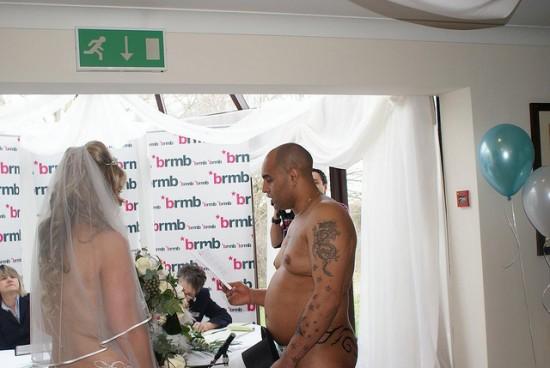 Vencedores de concurso de estação de rádio casam nus 03