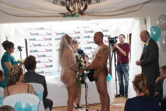 Vencedores de concurso de estação de rádio casam nus 04