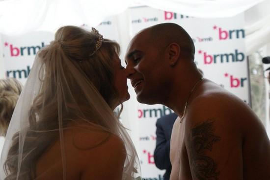 Vencedores de concurso de estação de rádio casam nus 05