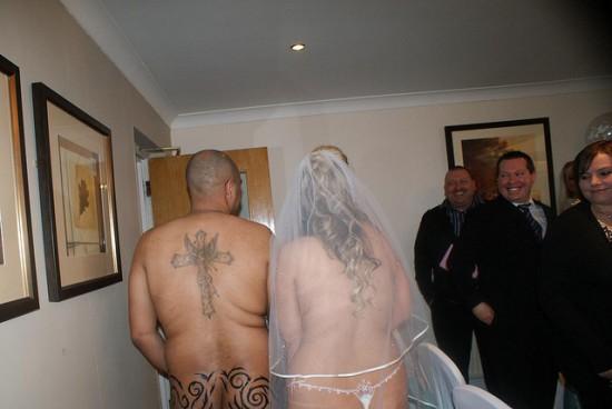 Vencedores de concurso de estação de rádio casam nus 06