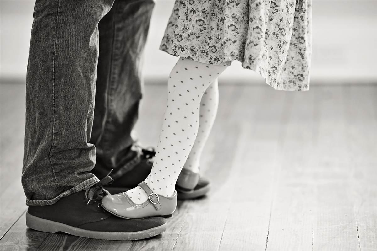 Pai e filha recriam maravilhosamente as fotos do álbum de casamento da falecida mãe 08