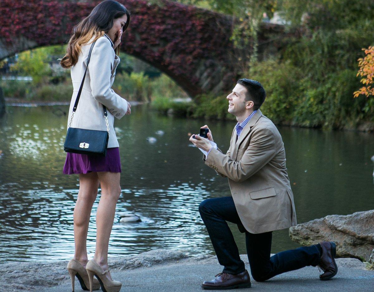 Esse cara secretamente fotografa pedidos de casamento em Nova York 01
