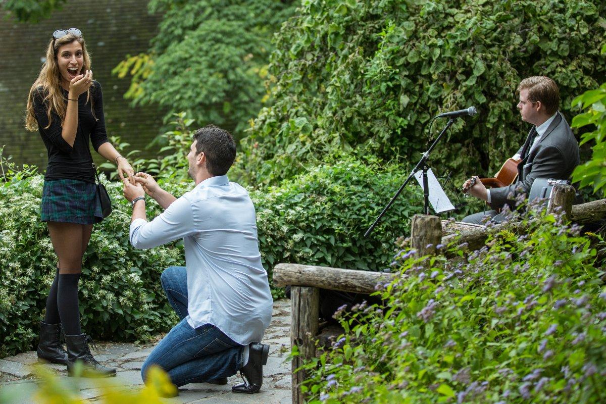 Esse cara secretamente fotografa pedidos de casamento em Nova York 04
