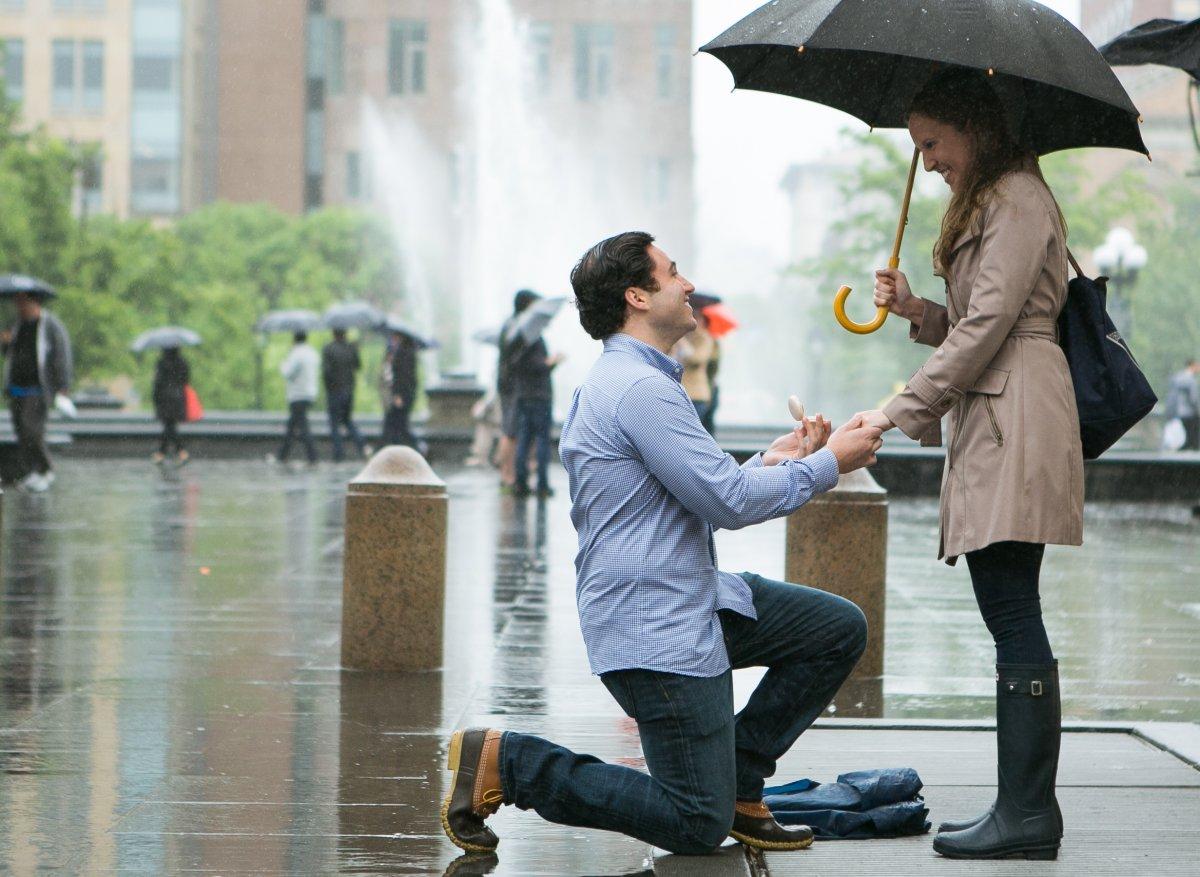 Esse cara secretamente fotografa pedidos de casamento em Nova York 08