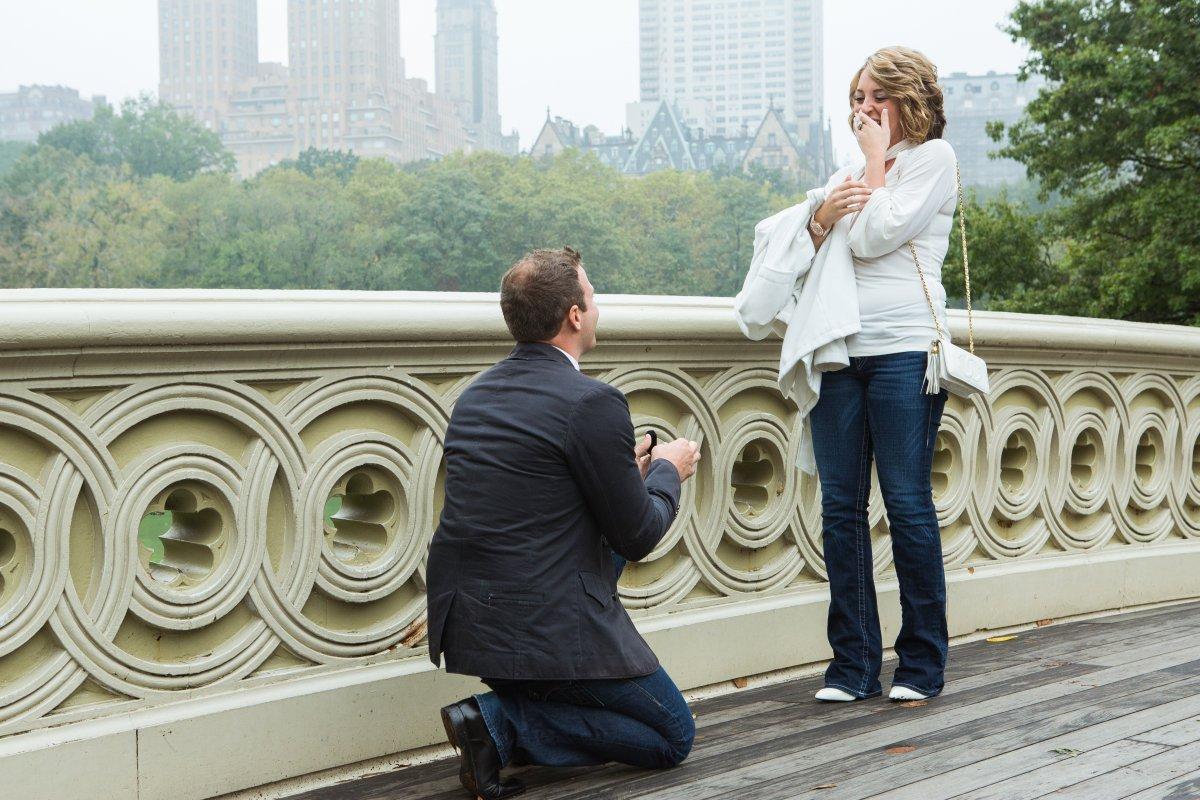 Esse cara secretamente fotografa pedidos de casamento em Nova York 09