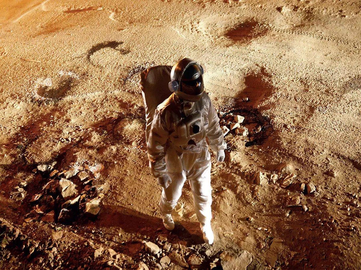 Muito bacana: artista se veste de astronauta para destacar buracos do tamanho de uma cratera nas ruas