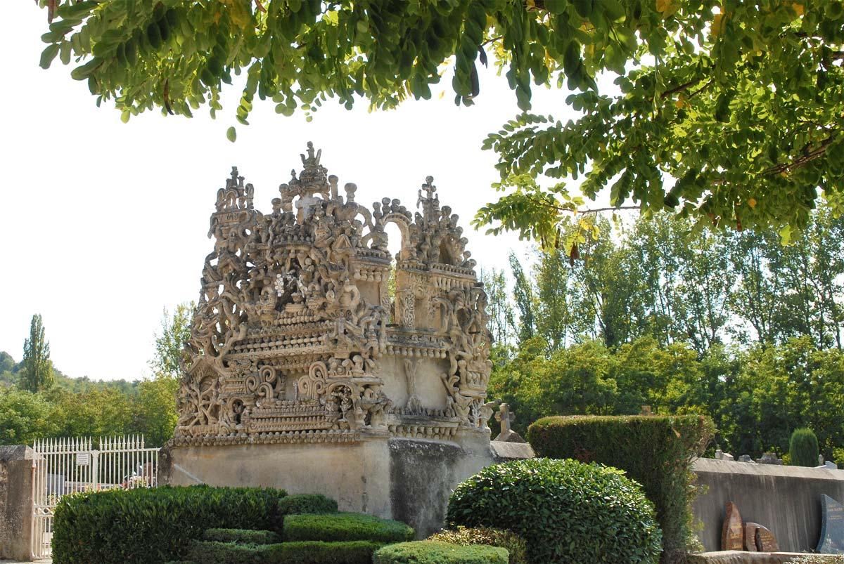 Carteiro francês passou mais de 3 décadas construindo um palácio com pedras recolhidas em sua rota 12