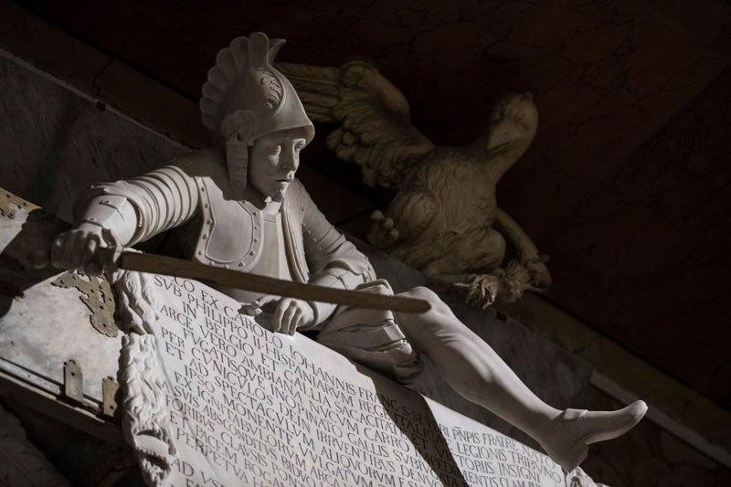 Esta pequena capela é o lar de algumas das maiores esculturas de mármore da história 36