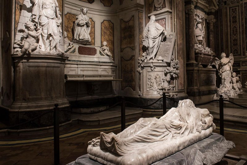 Esta pequena capela é o lar de algumas das maiores esculturas de mármore da história 48