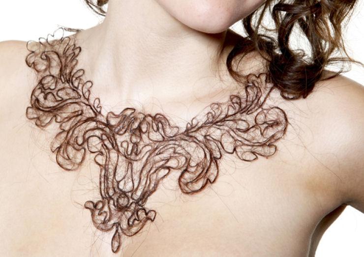 Estudante de arte cria colares de cabelo humano 01