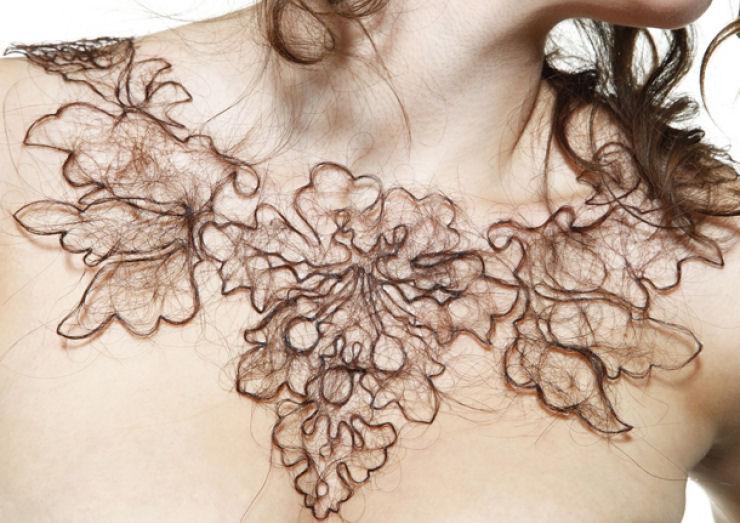 Estudante de arte cria colares de cabelo humano 02