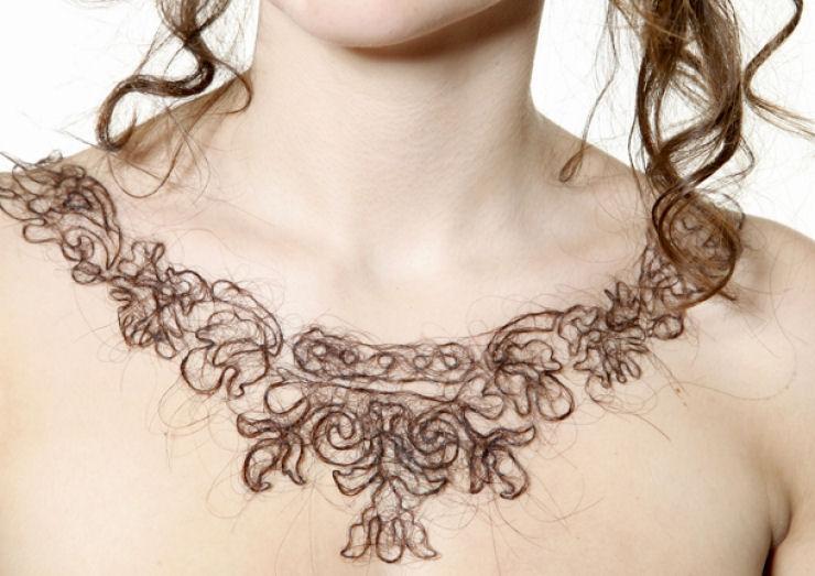 Estudante de arte cria colares de cabelo humano 03