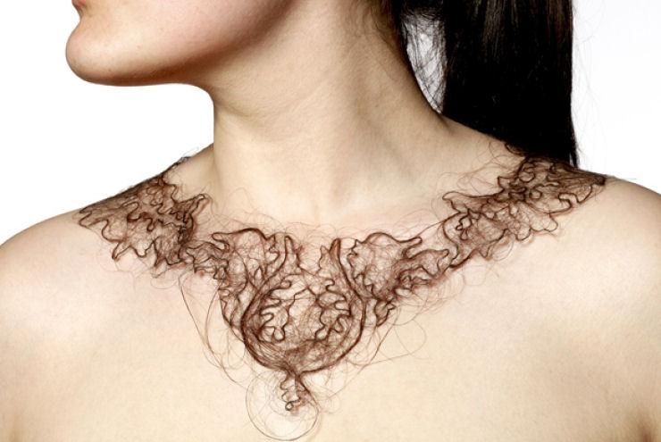 Estudante de arte cria colares de cabelo humano 04