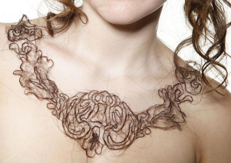 Estudante de arte cria colares de cabelo humano 05