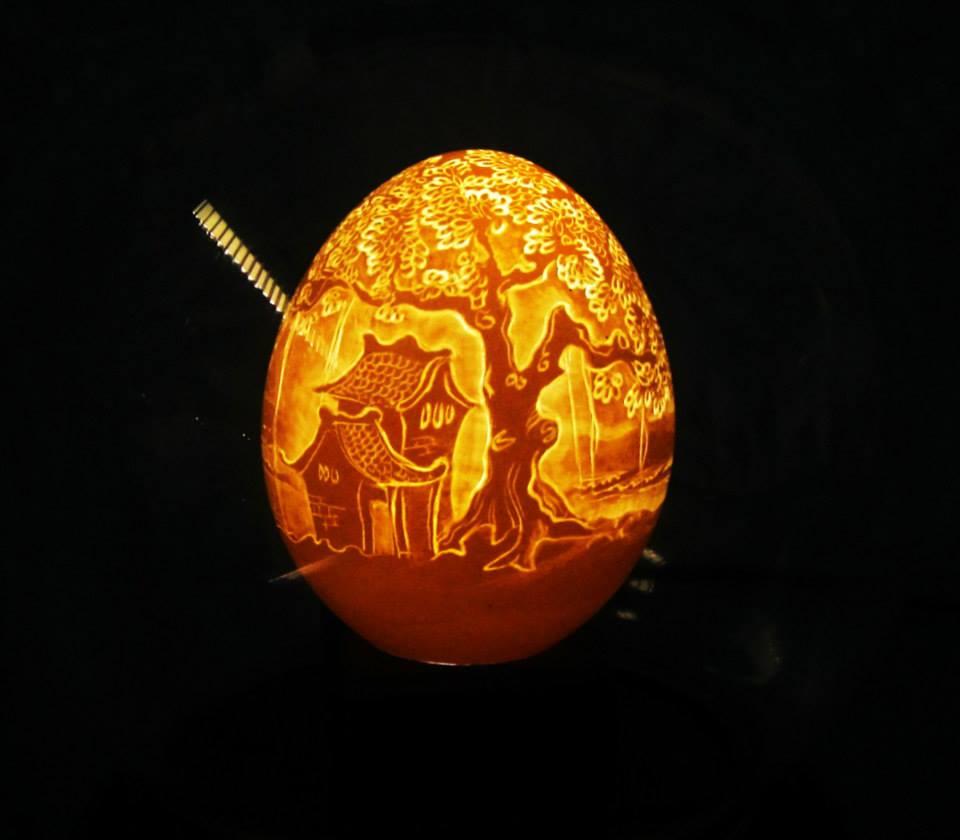 Artista vietnamita esculpe delicados retratos e paisagens em cascas de ovos 13