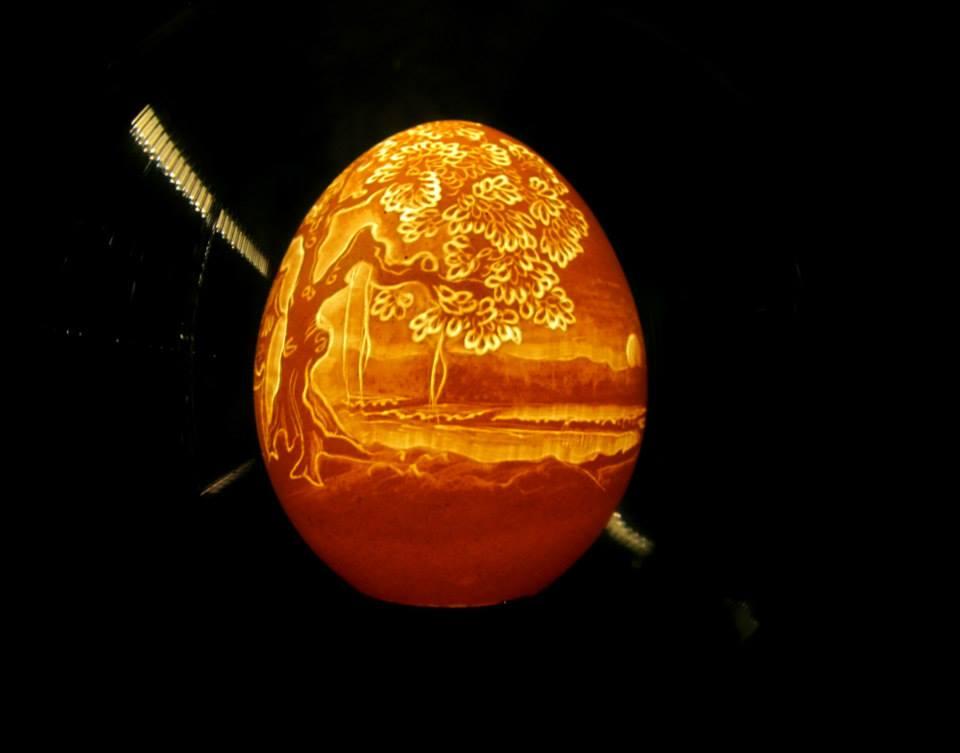 Artista vietnamita esculpe delicados retratos e paisagens em cascas de ovos 14